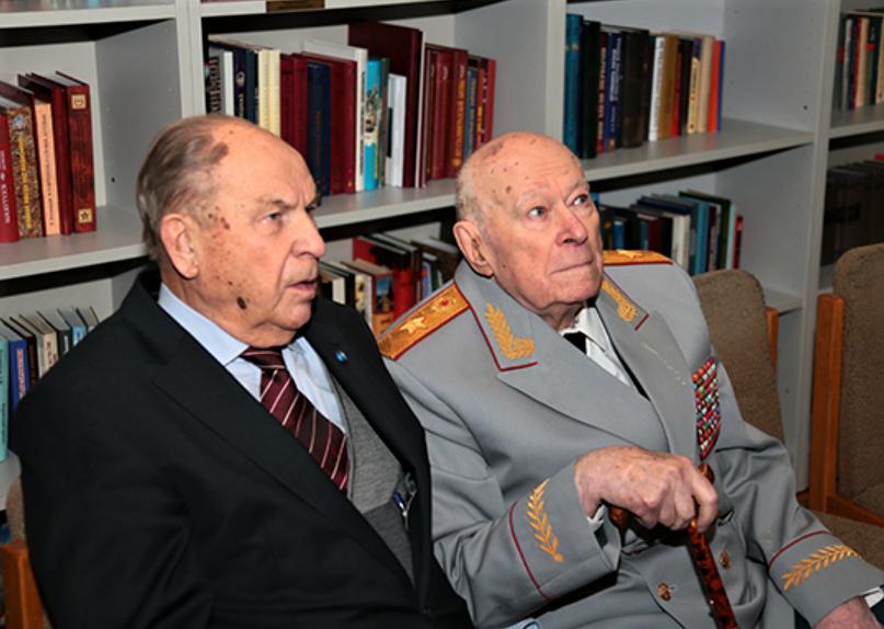 Филипп Денисович Бобков (справа)