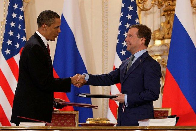 Барак Обама и Дмитрий Медведев после подписания договора СНВ-III в Пражском Граде, 8 апреля 2010 года