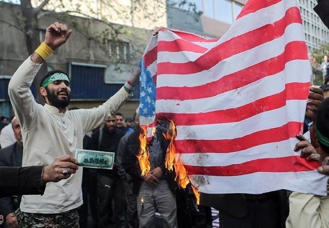 Иранцы поджигают американский флаг
