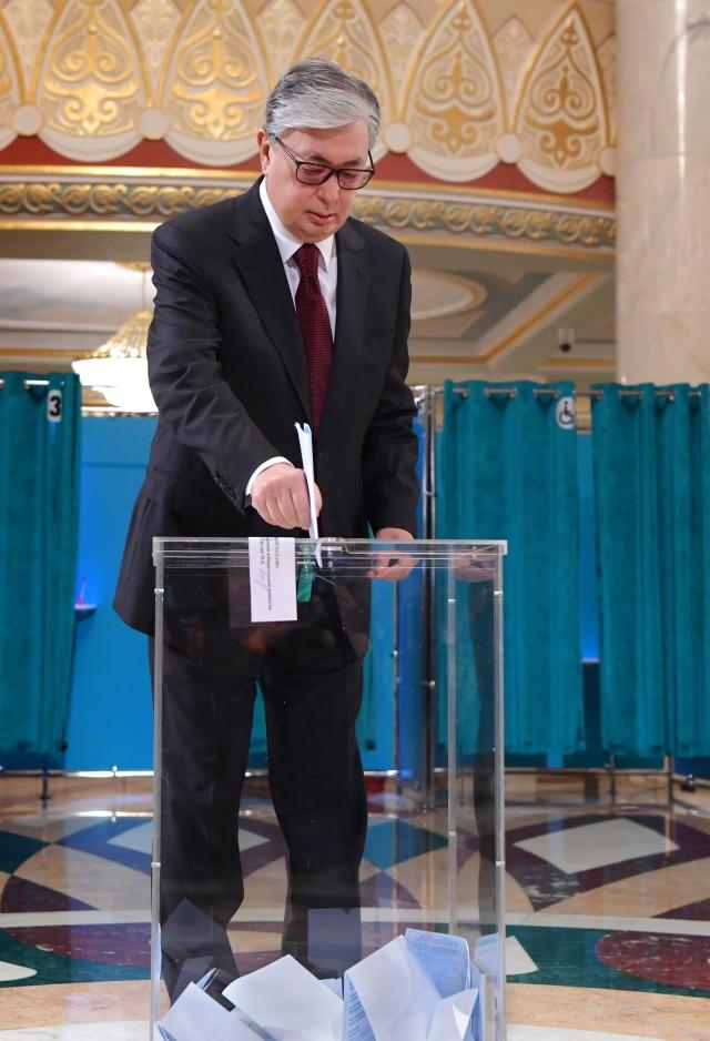Касым-Жомарт Токаев голосует на внеочередных выборах Президента Республики Казахстан