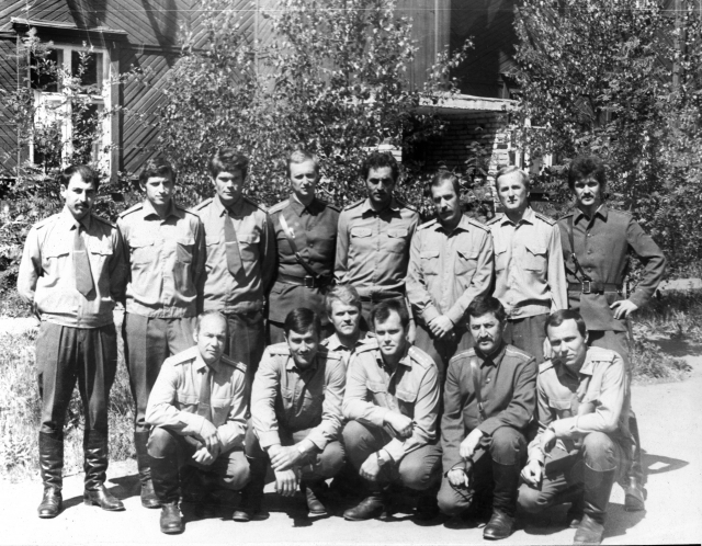 Май 1979 -13 группа КУОС-79 на фоне общежития — стоит второй слева командир группы Фёдор Коробейников, 27 декабря 1979 года руководивший группой захвата тюрьмы Пули-Чархи, сидит первый слева – Александр Старов