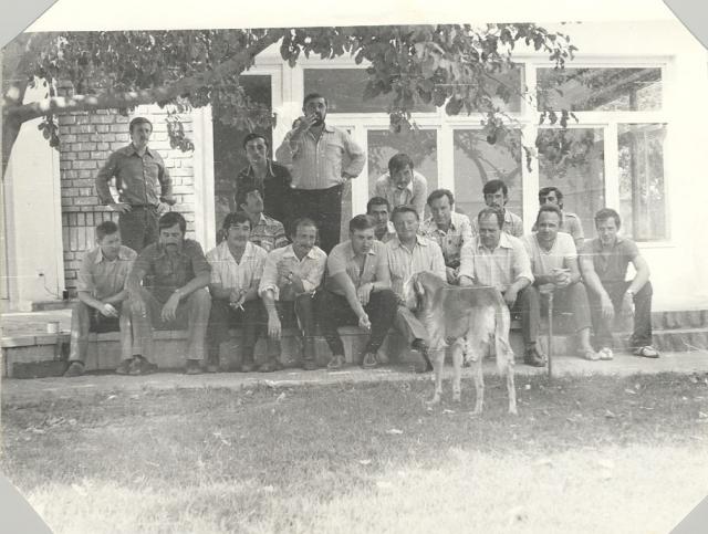 Август 1979 – первая и единственная фотография на снятой «секретной» вилле – в первом ряду четвёртый справа Бояринов, справа за ним во втором ряду Глотов. Первый справа во втором ряду – Яковлев. На переднем плане афганская борзая хозяев виллы, которая так и осталась жить на вилле