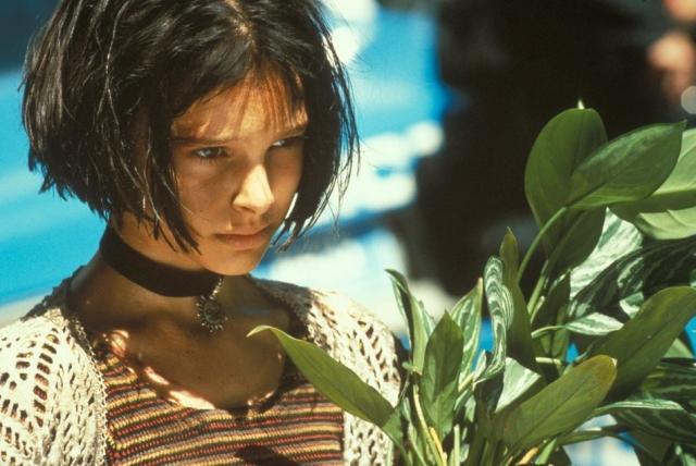 Матильда несет цветок Леона