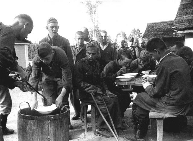 Обед немецких военнопленных в лагере № 27. Красногорск. 1944