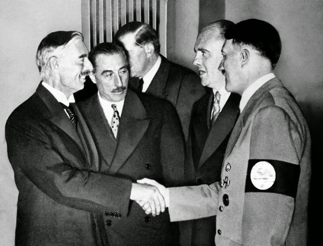 Адольф Гитлер и Невил Чемберлен. 1938