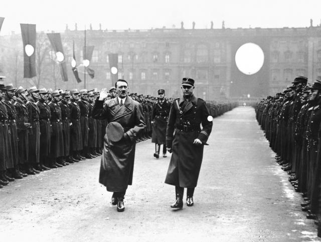 Гитлер обходит ряды штурмовиков. Начало 1930-х