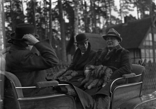 Министр иностранных дел Великобритании лорд Галифакс на прогулке с Герингом. 1937