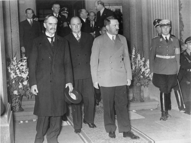 Невилл Чемберлен и Гитлер на встрече в Бад-Годесберге. 23 сентября 1938