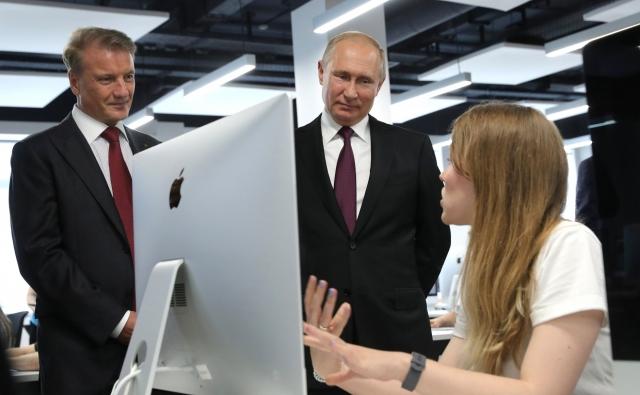 Владимир Путин Герман Греф во время посещения Школы 21