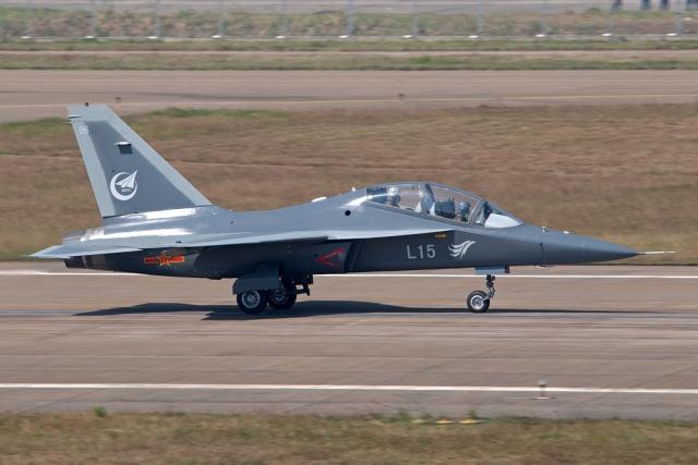 Китайский учебно-боевой самолет Hongdu L-15 Falcon