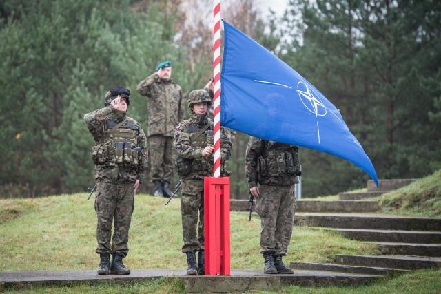 Польские солдаты поднимают флаг НАТО