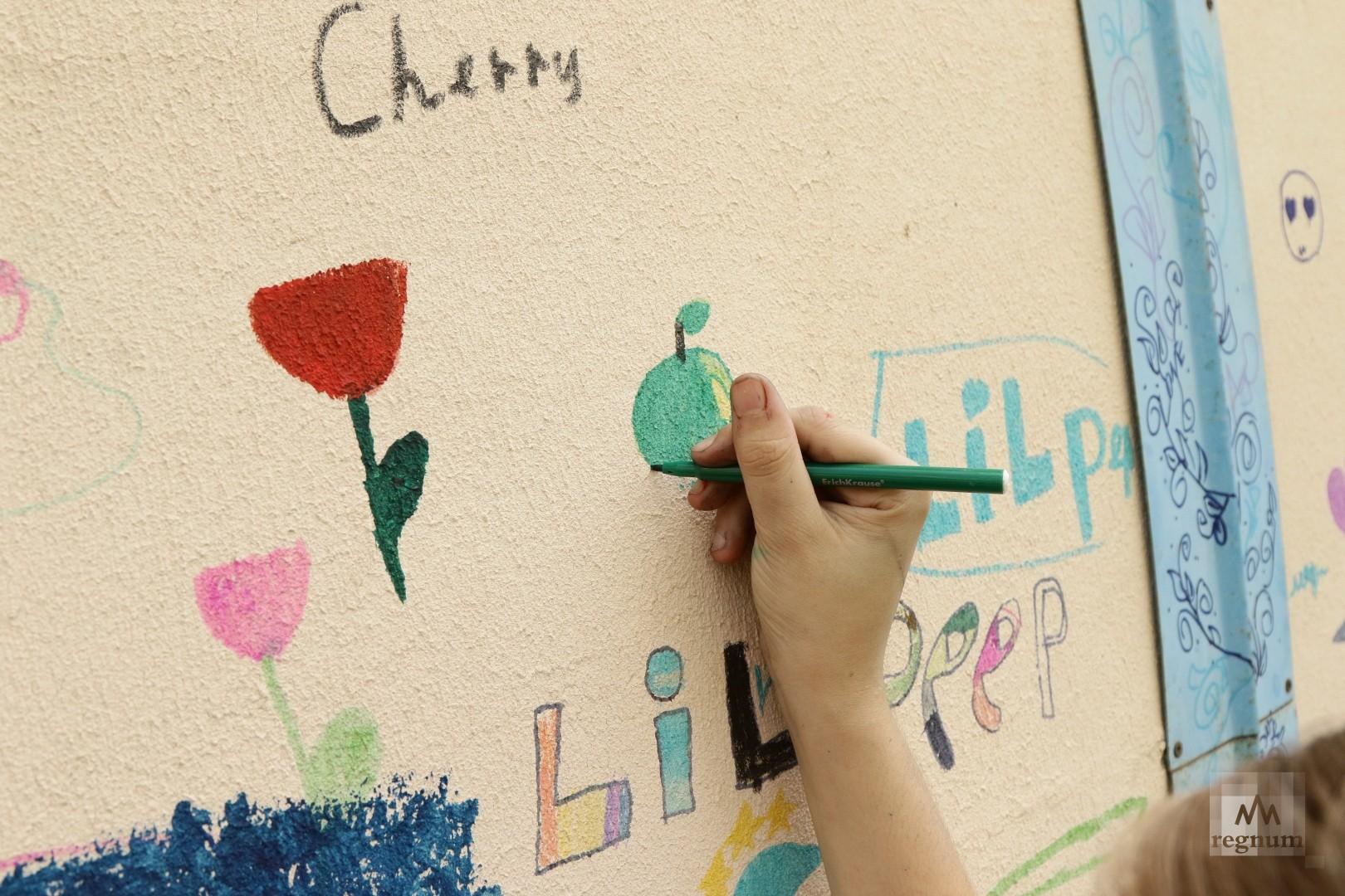Группа детей, вдохновленных атмосферой фестиваля, принимает активное участие в творческом процессе