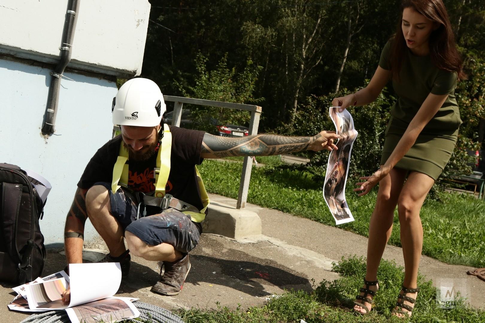 Итальянский художник Весод и съемочная группа телеканала Россия