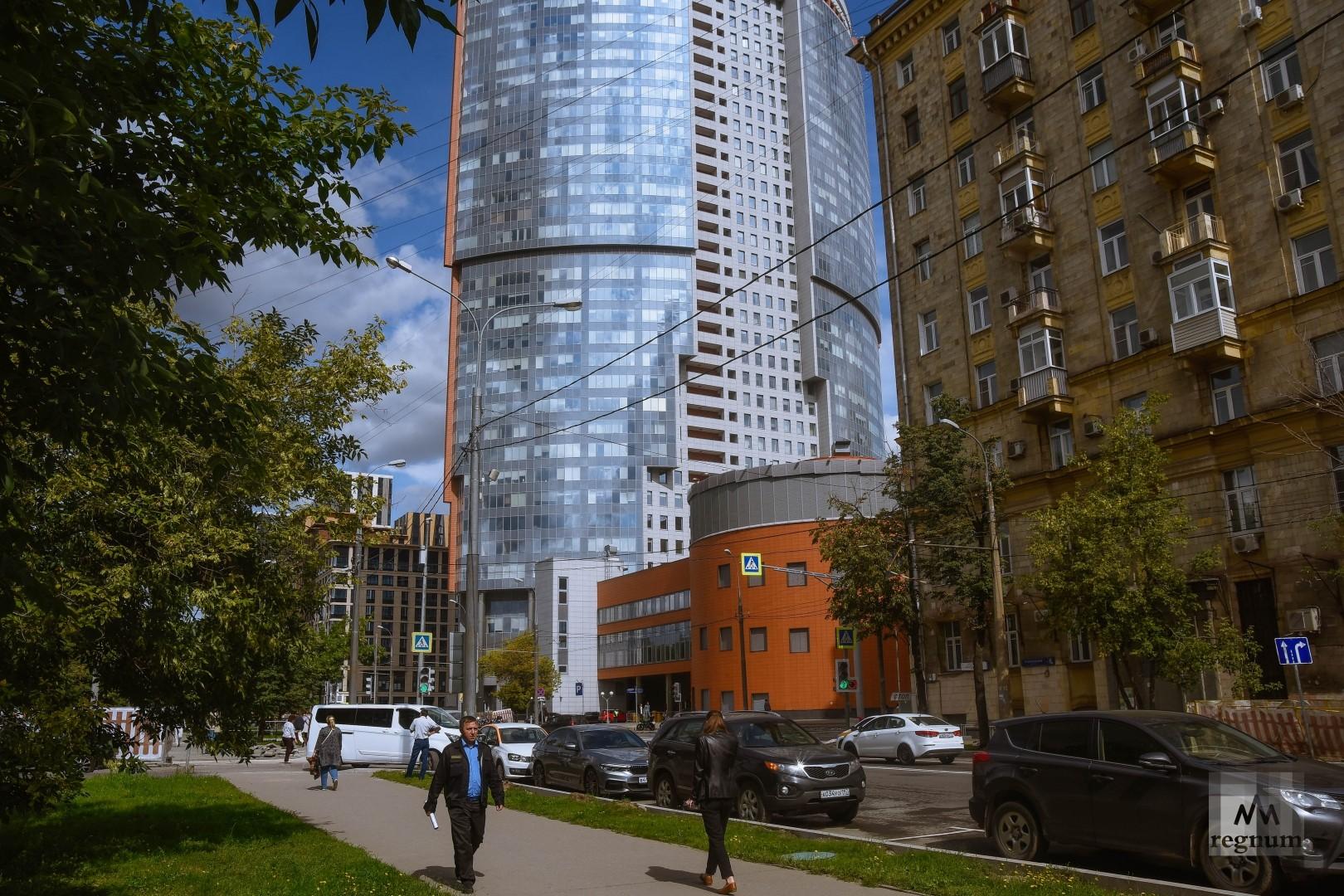 Новый бизнес-центр стоит вплотную к жилому дому