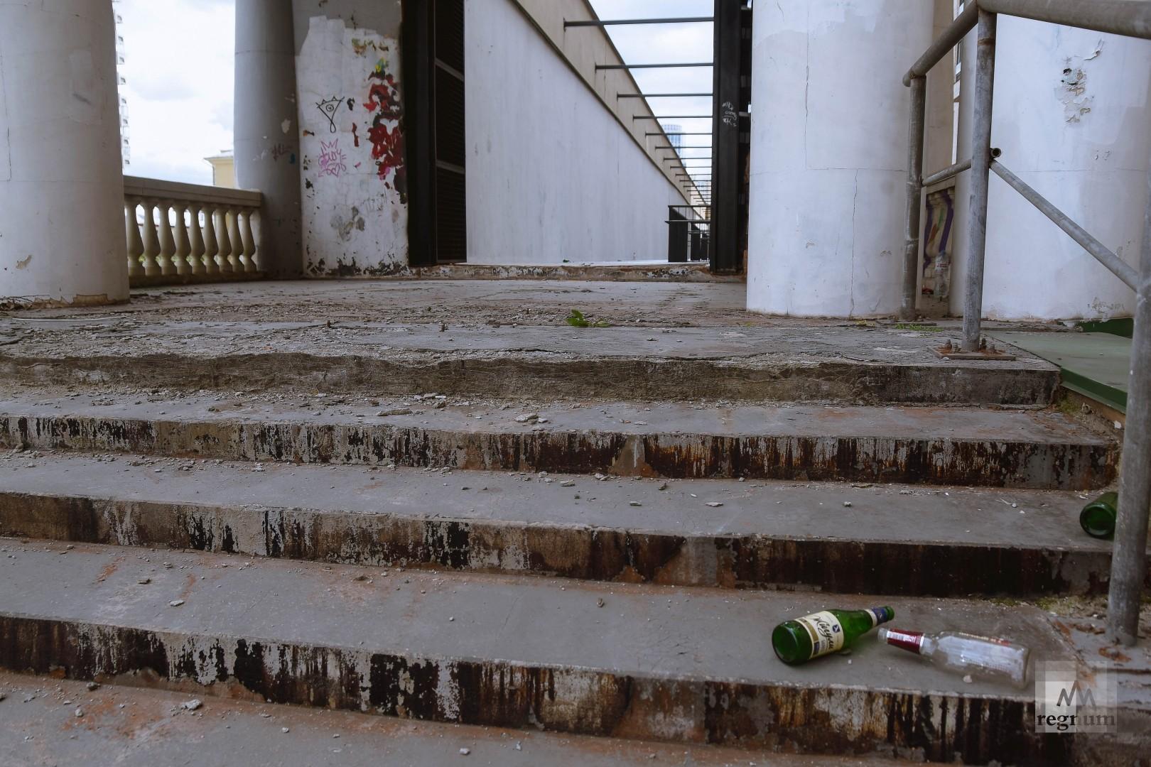 Бывшая трибуна стадиона полуразрушена