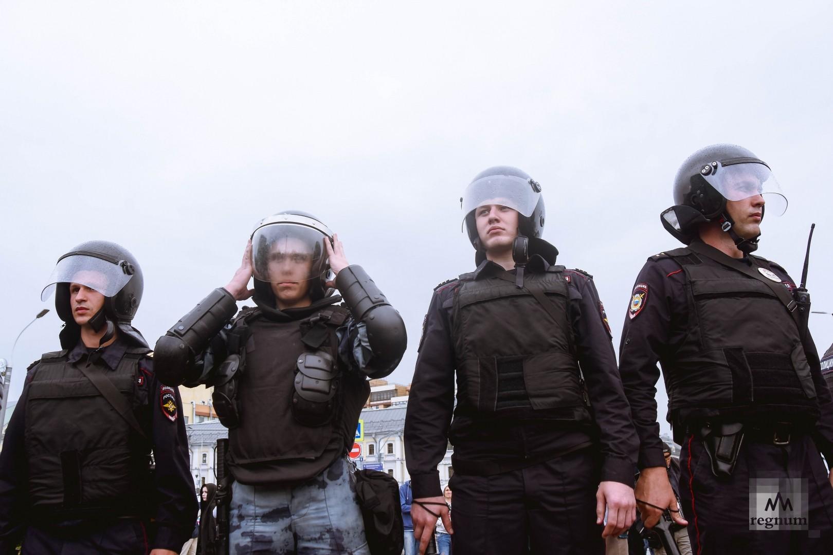 ОМОН во время несогласованной акции протеста на Трубной площади