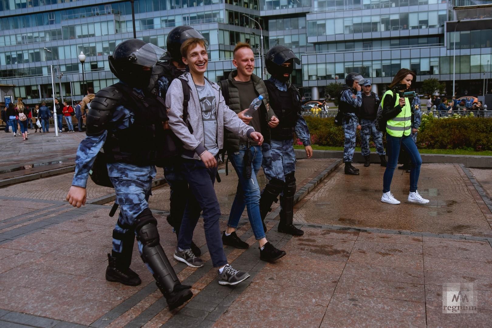При задержании многие протестующие улыбались