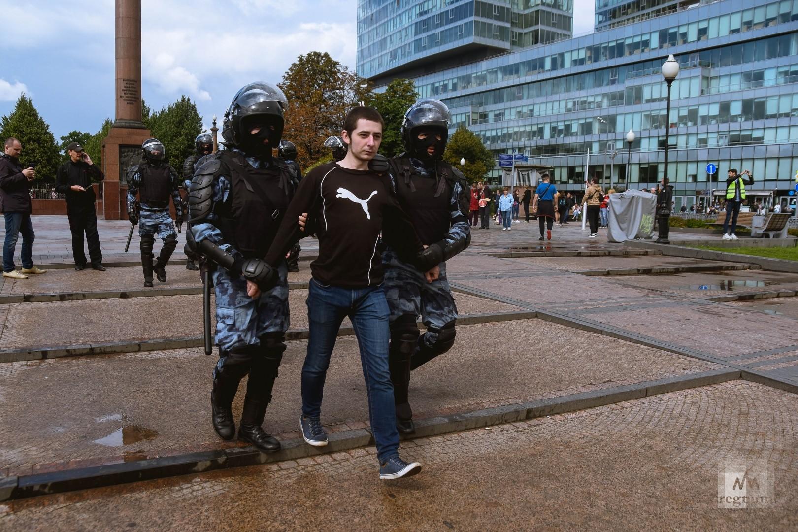 Полиция задерживает участников несаглосованного митинга