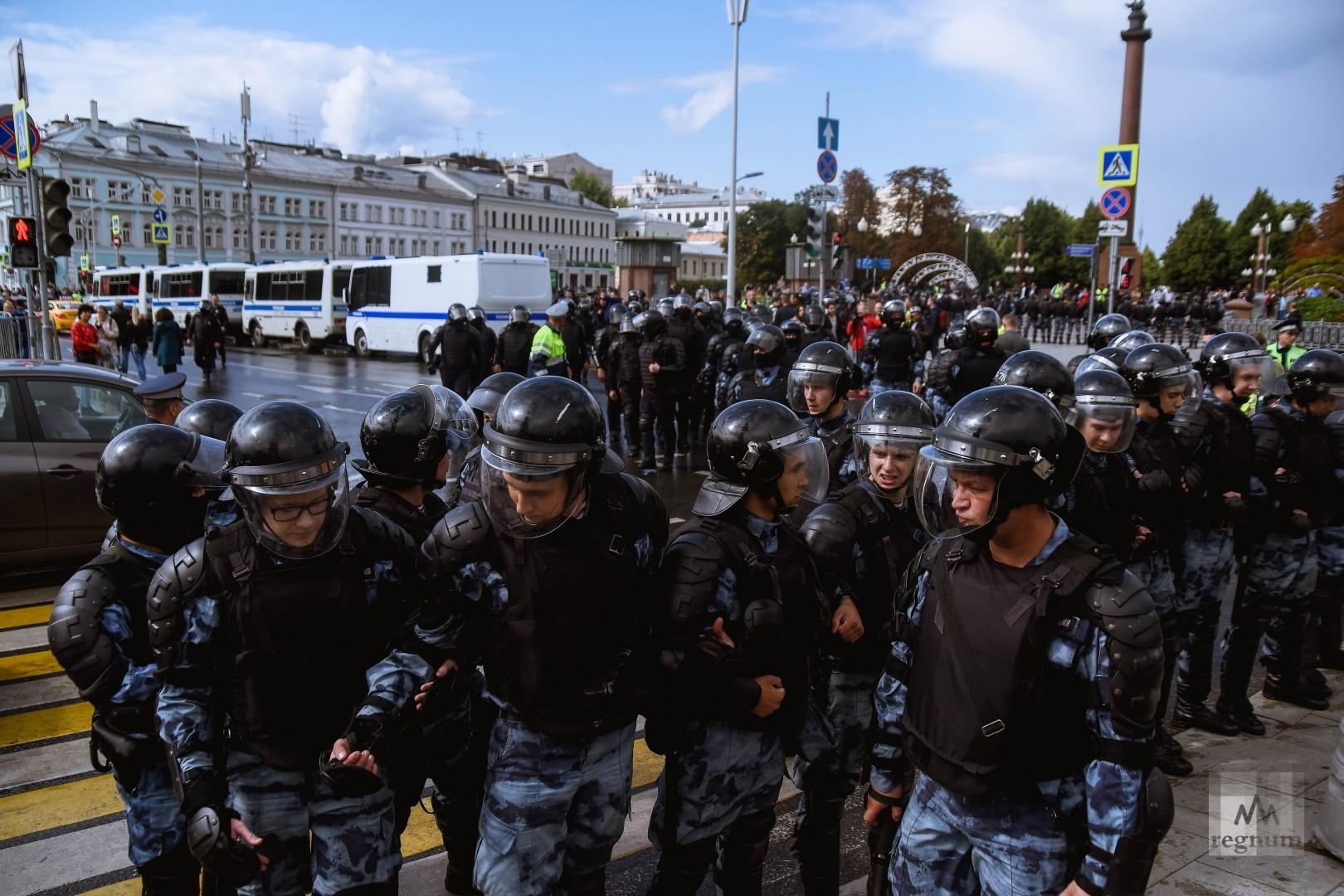 Полиция на несогласованной акции протеста в Москве