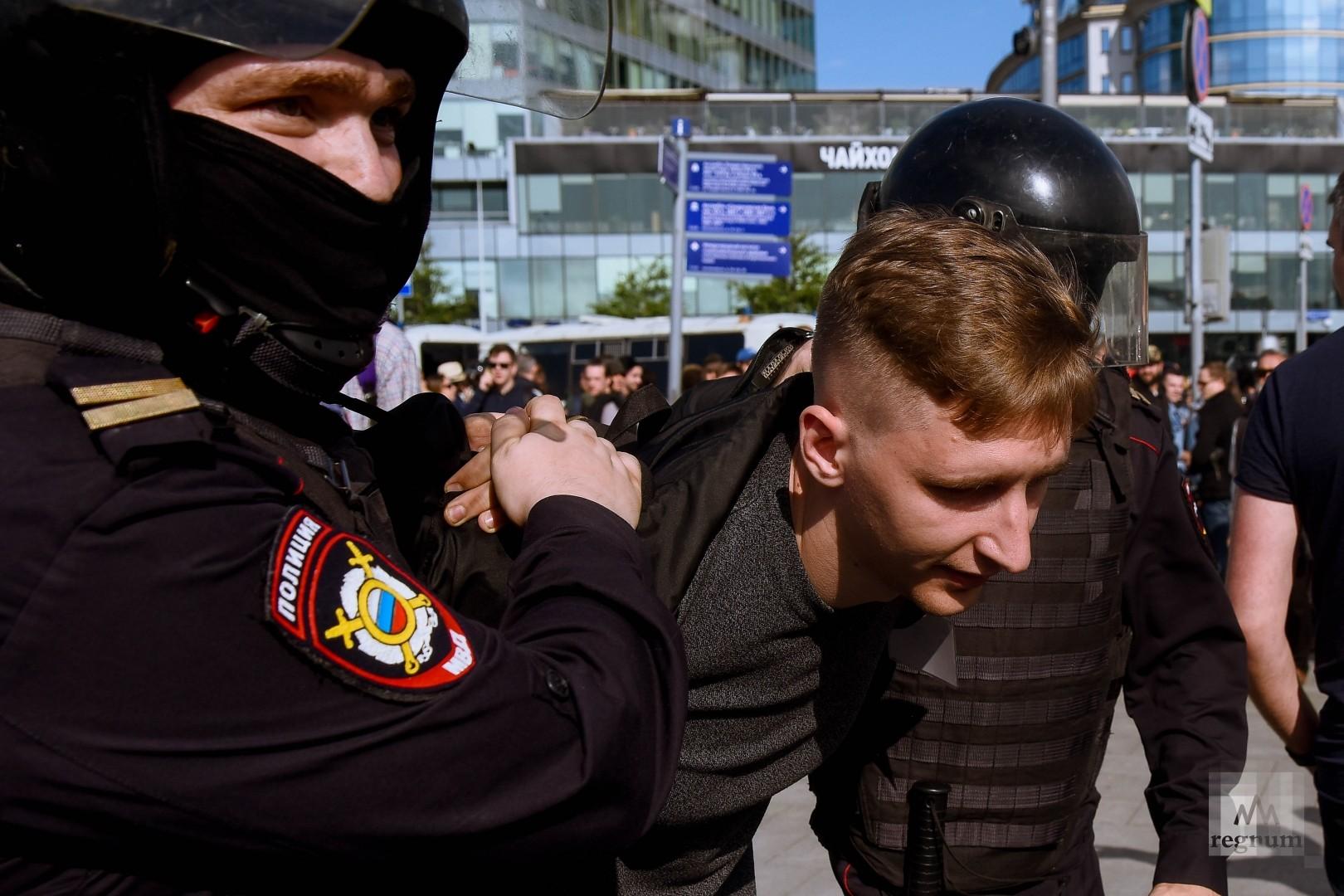 На несогласованной акции протеста в Москве задерживали не только участников, но и наблюдателей (на фото — наблюдатель московской Хельсинской группы)
