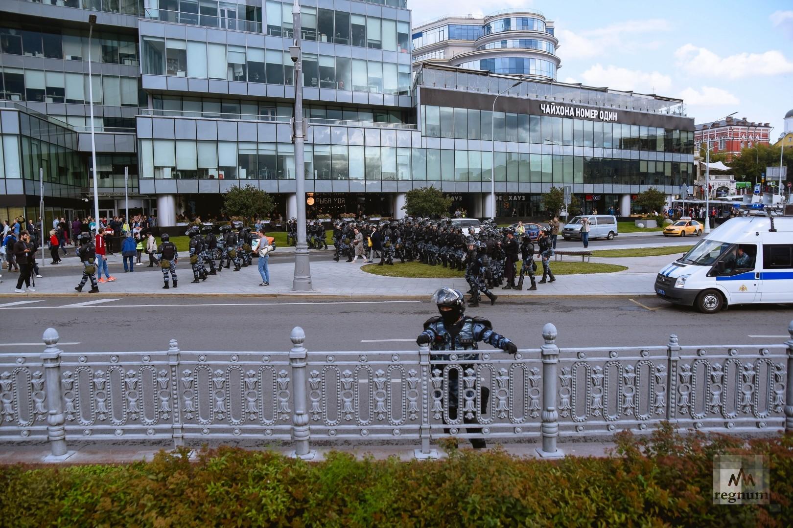 Полиция выводит всех с Трубной площади