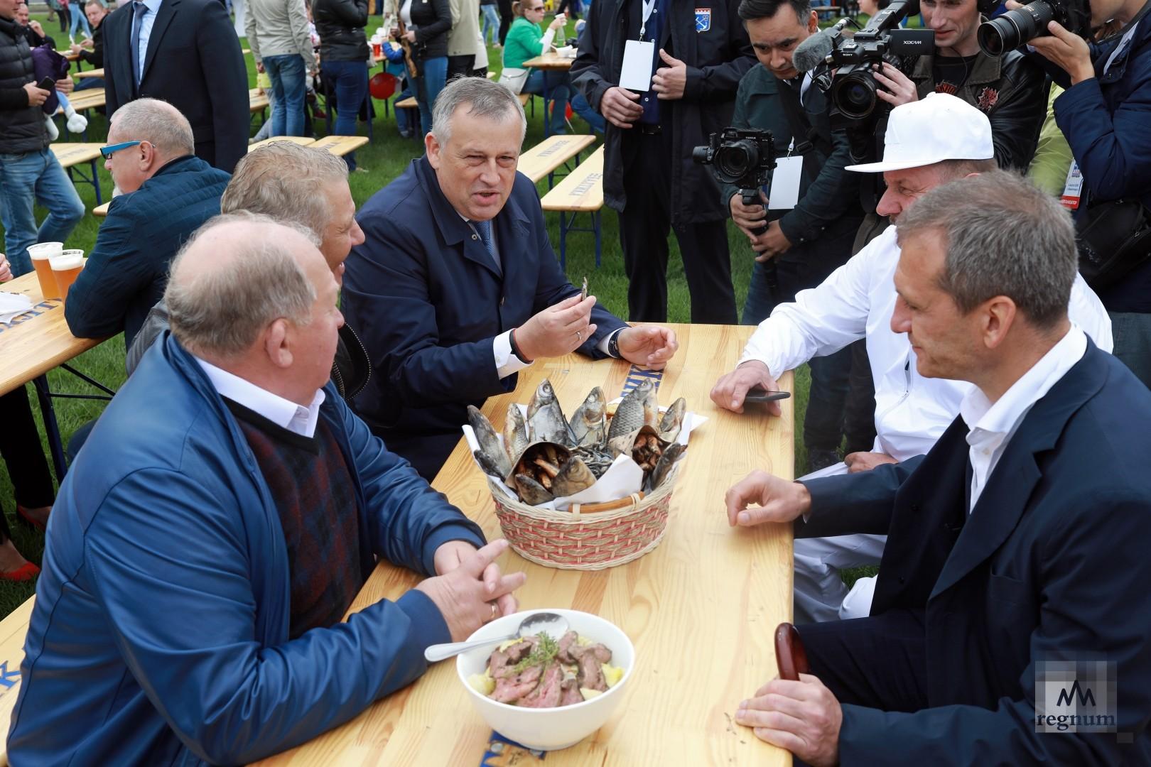 Александр Дрозденко дегустирует рыбу на фестивале  Калейдоскоп вкуса