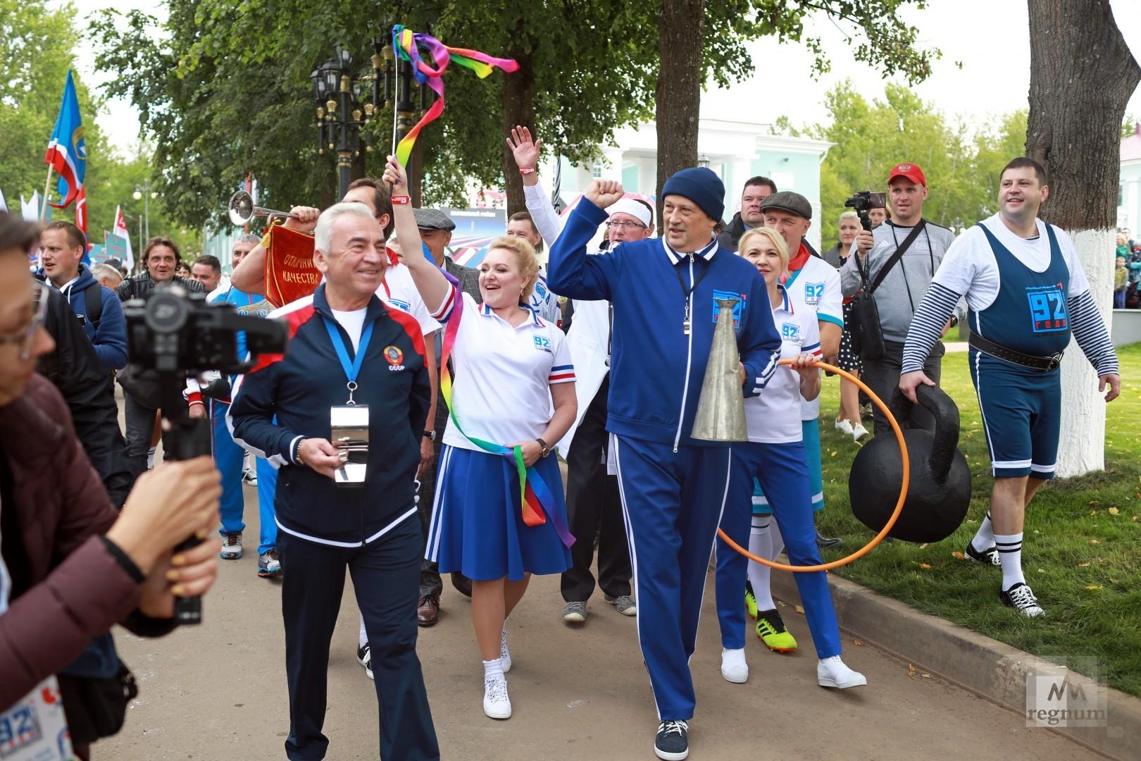 Александр Дрозденко во главе праздничного шествия колонн