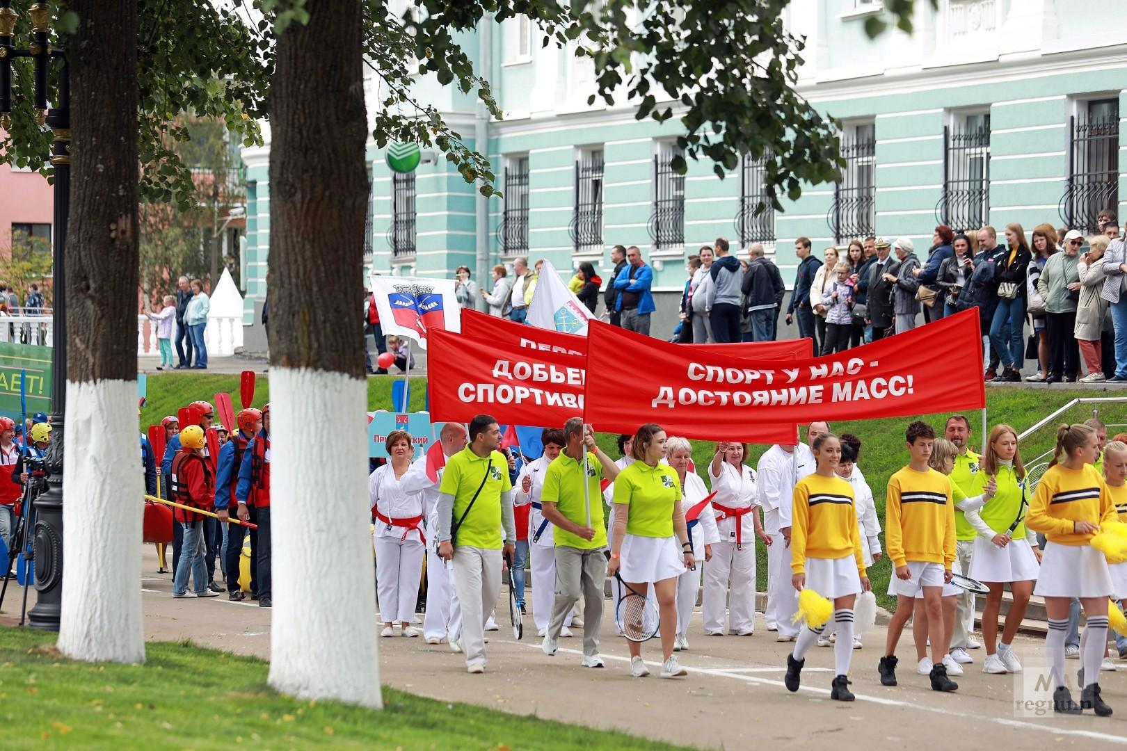 Праздничное шествие колонн спортивного парада