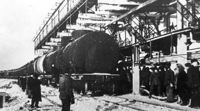 29 декабря 1926 года на Новополоцкий нефтеперерабатывающий завод прибыл первый эшелон с нефтью