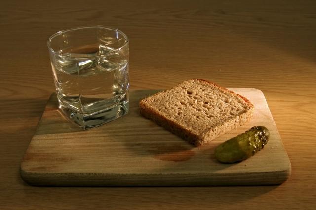 Стакан, хлеб и огурец