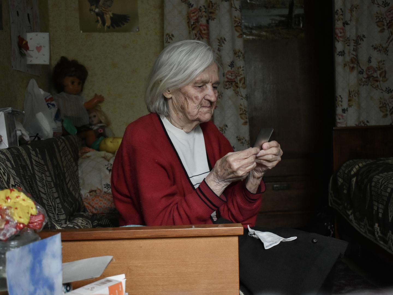 Бабушка не любит смотреть на себя в зеркало, не нравится видеть, как изменилась с возрастом ее внешность