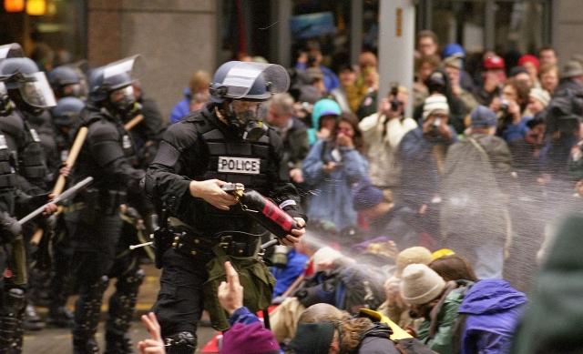 Полиция США разгоняет протестующий противников ВТО