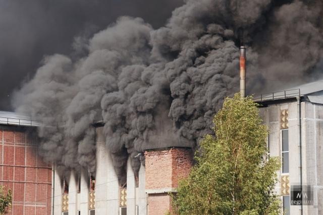 Локализован мегапожар в производственном здании в Петербурге — фоторепортаж