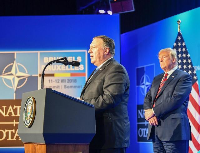 Госсекретарь США Майк Помпео и президент  США Дональд Трамп на пресс-конференции во время заседания МИД НАТО в Брюсселе, Бельгия