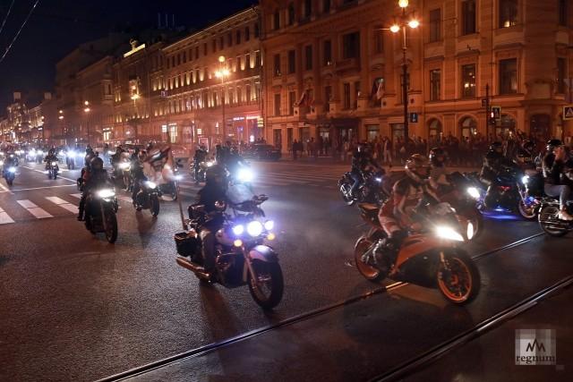 Вечерний световой Мотопарад на Невском проспекте