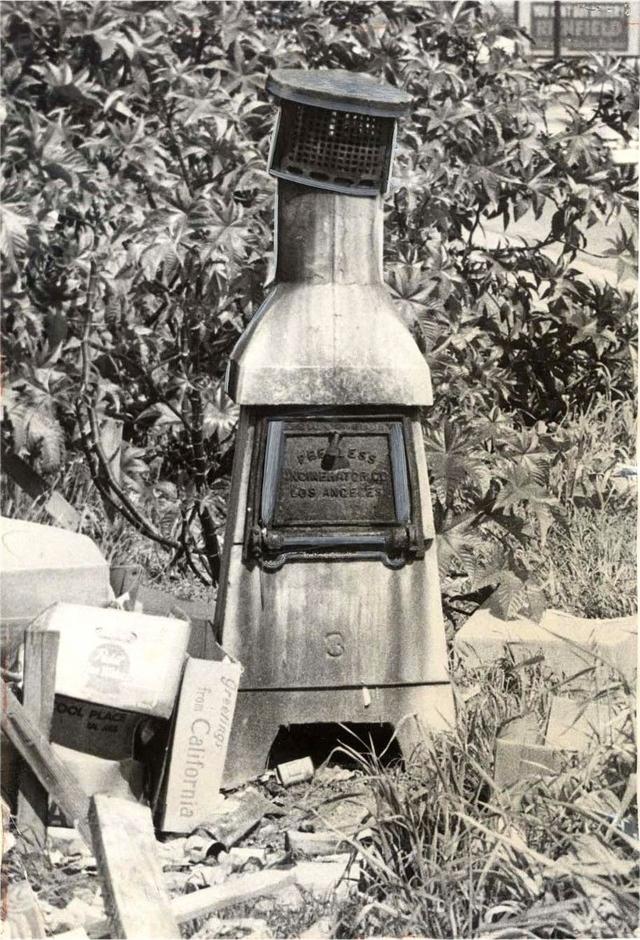Распространённый придомовый инсинератор в Лос Анжелесе. Запрещены были в 1957 году из-за смога. Ранее по той же причине в 1946 году было запрещено использование барбекю для сжигания мусора