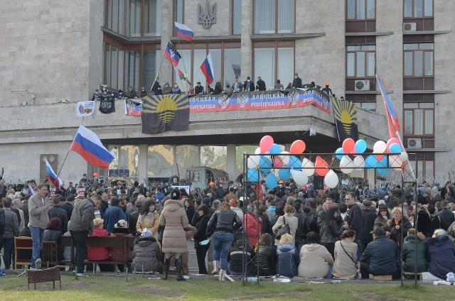 Митинг возле захваченного здания Донецкой ОГА, проходивший 7 апреля 2014 года
