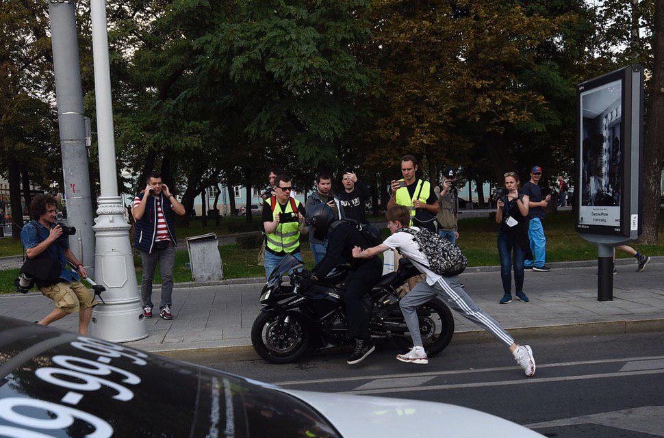 Не согласен - получай: зачем протестующие в Москве напали на мотоциклиста?