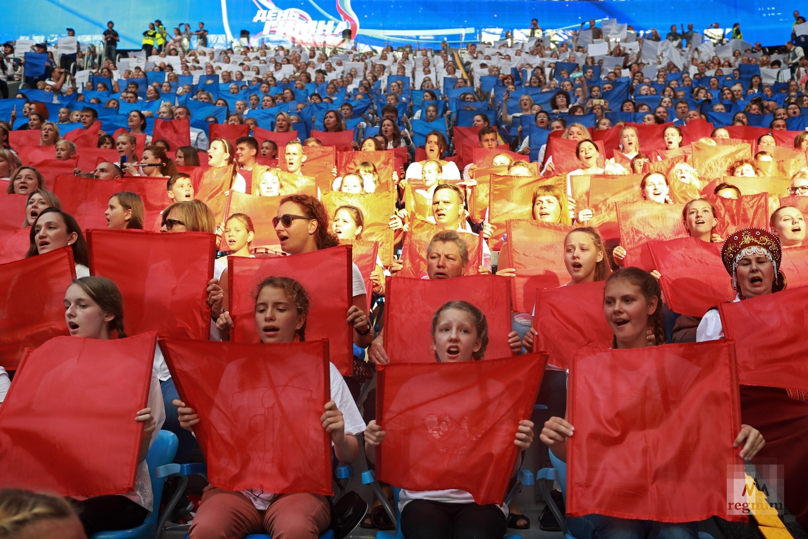 Участники акции поют гимн