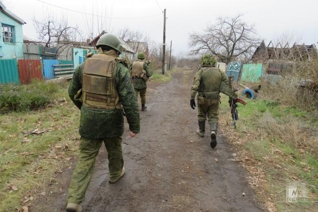 Солдаты с Котом идут по поселку. Горловка. ДНР. 2016