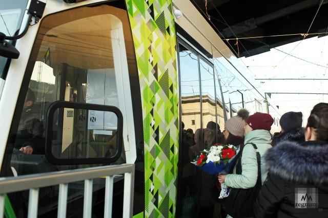 Посадка пассажиров в трамвай «Чижик» у Ладожского вокзала