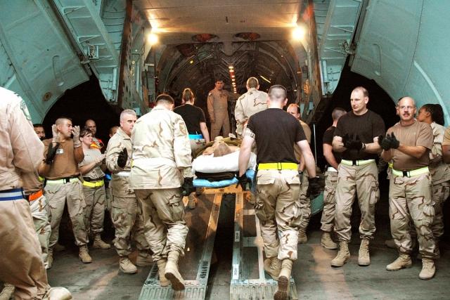 Домой. Погрузка американских солдат в самолет