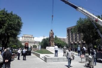 Установка памятника Нжде в Ереване