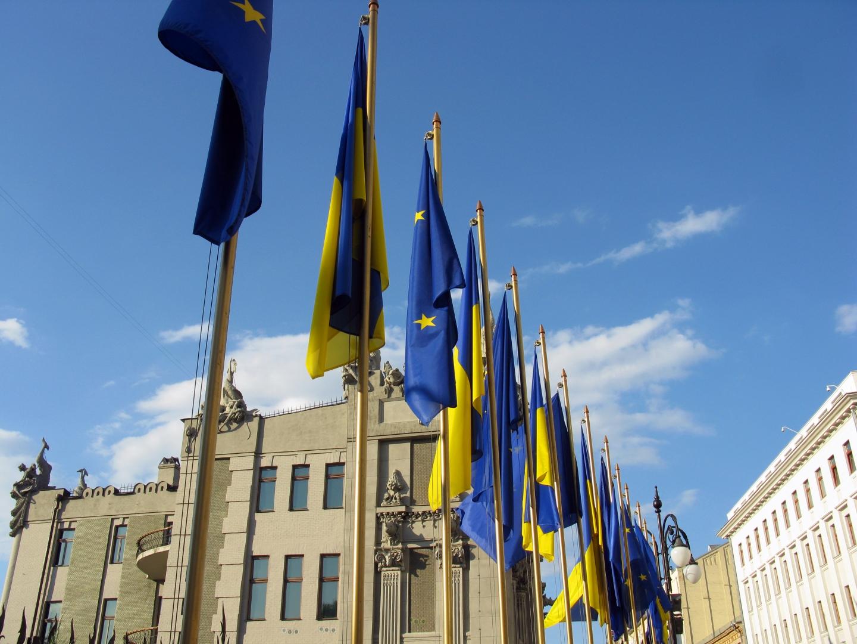 Фотографии флагов евросоюза и украины