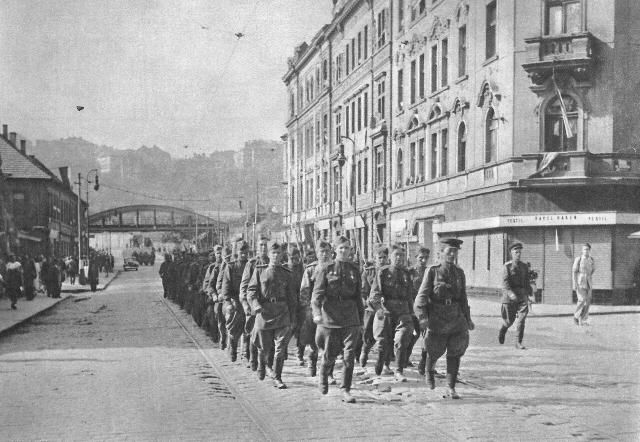 Советские солдаты в освобожденной Праге. 1945
