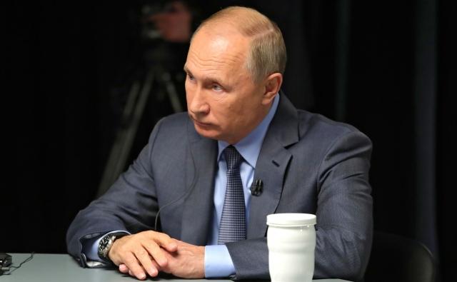 Владимир Путин во время интервью телеканалам Al Arabiya, Sky News Arabia и RT Arabic
