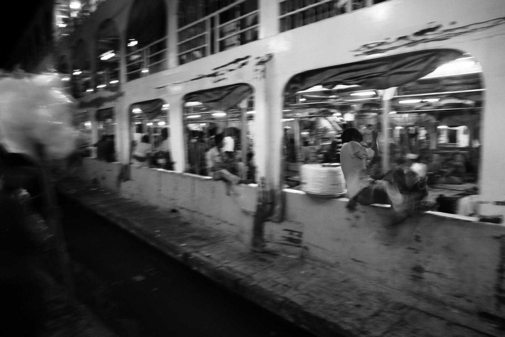 Посадка на паром осуществляется в хаосе как и большинство других процессов в Бангладеш. Некоторые пассажиры запрыгивают на борт, когда паром уже отправился в путь