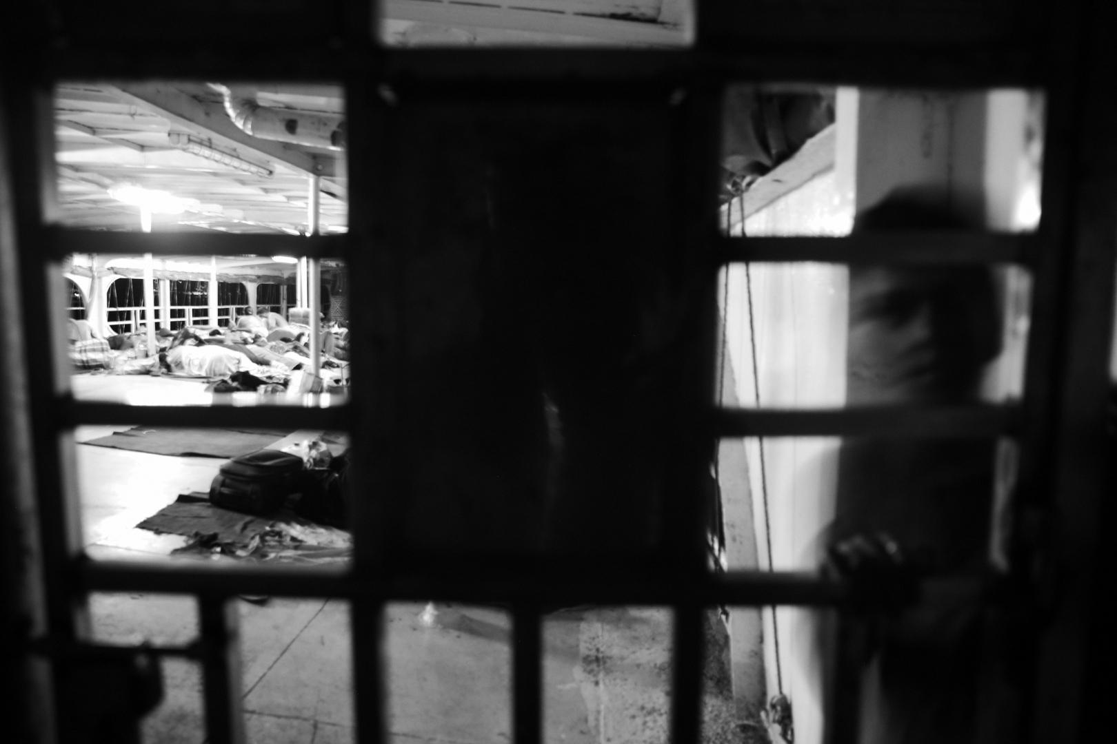 Паром ночью, люди спят на палубе