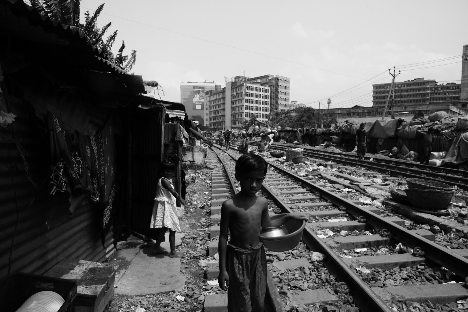Пока поезда нет, люди занимаются своими делами на рельсах
