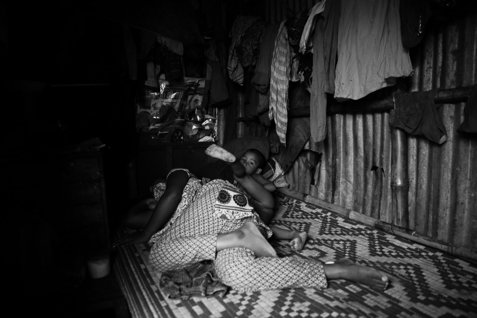 Мать и сын внутри дома в Карван базаре